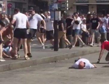 Как российские фанаты добивали англичан, которые лежали на земле (Видео)