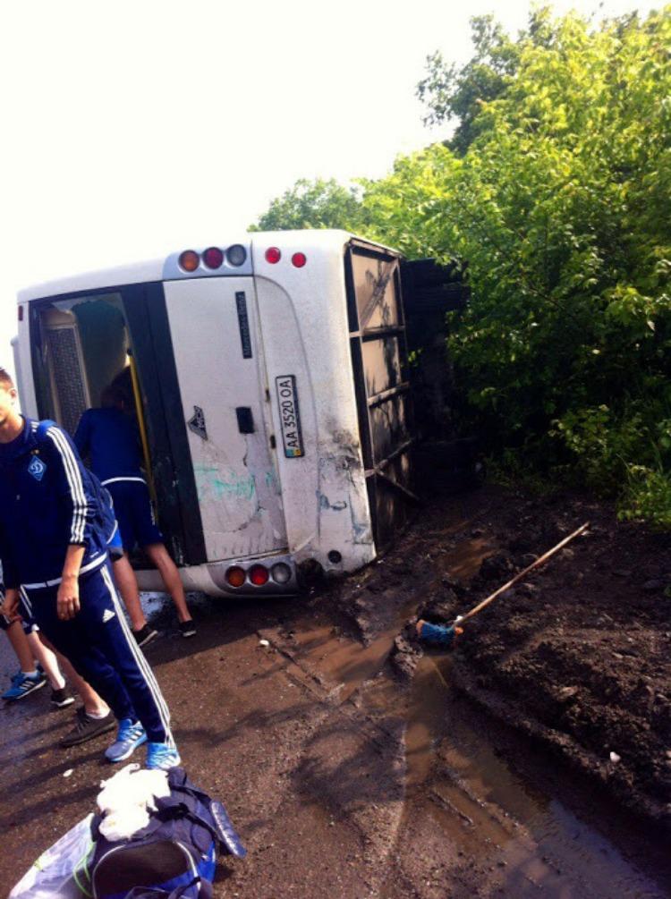 Автобус с юными футболистами Динамо перевернулся по дороге в Днепр