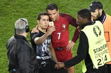 Евро-2016: после матча фанат прорвался на поле, чтобы сделать Селфи с Криштиану Роналду