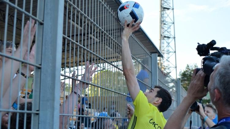 Сборная Украины забросала болельщиков мячами после тренировки