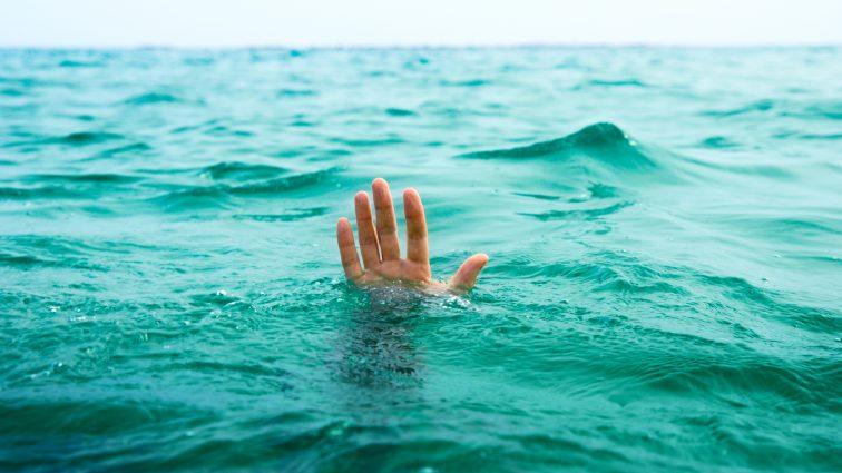 Муж оттолкнул жену, чтобы спастись с тонущего корабля. Когда я узнала причину, на глаза навернулись слезы…