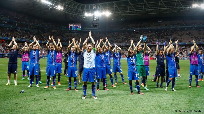 Как футболисты сборной Исландии благодарили фанатам хакой