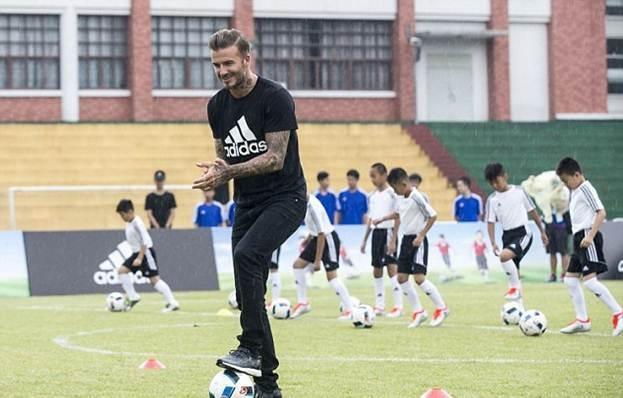 1467226380devid-bekhem-ucsit-kitaiskih-detei-igre-v-futbol