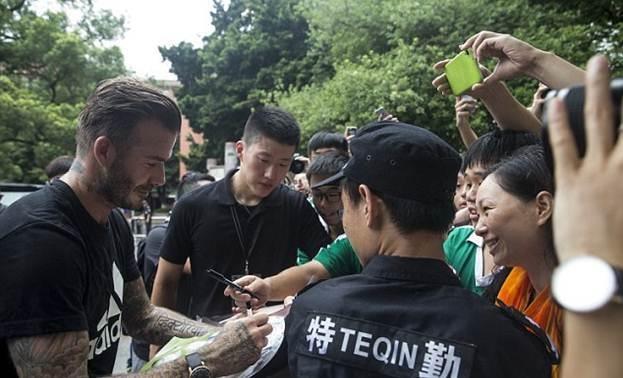 Дэвид Бекхэм учит китайских детей игре в футбол