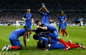epa05406194 Antoine Griezmann of France celebrates scoring the 4-0 with teammates during the UEFA EURO 2016 quarter final match between France and Iceland at Stade de France in Saint-Denis, France, 03 July 2016. (RESTRICTIONS APPLY: For editorial news reporting purposes only. Not used for commercial or marketing purposes without prior written approval of UEFA. Images must appear as still images and must not emulate match action video footage. Photographs published in online publications (whether via the Internet or otherwise) shall have an interval of at least 20 seconds between the posting.)  EPA/ABEDIN TAHERKENAREH   EDITORIAL USE ONLY