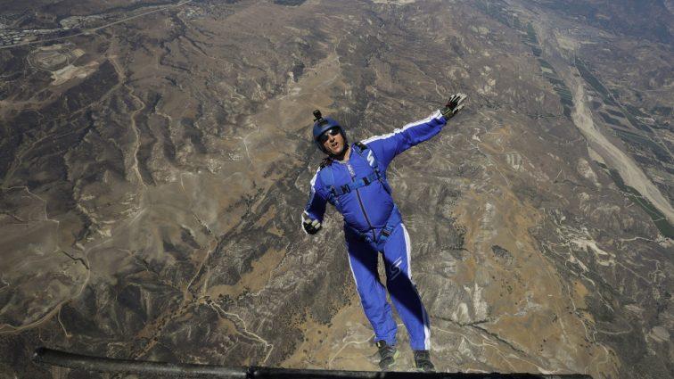 Американец прыгнул без парашюта с высоты 7,6 километров (ВИДЕО)