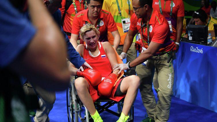 Анастасию Белякову увезли в больницу посередине первого раунда