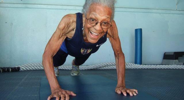 Столетняя бабушка побила мировой рекорд по легкой атлетике (видео)