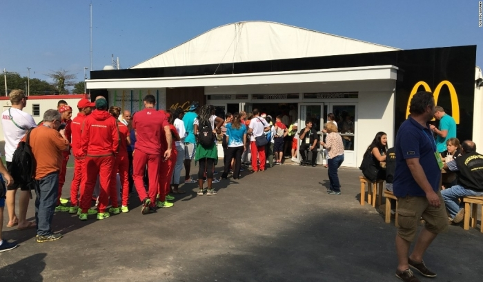 Олимпийцев выгнали из McDonald's