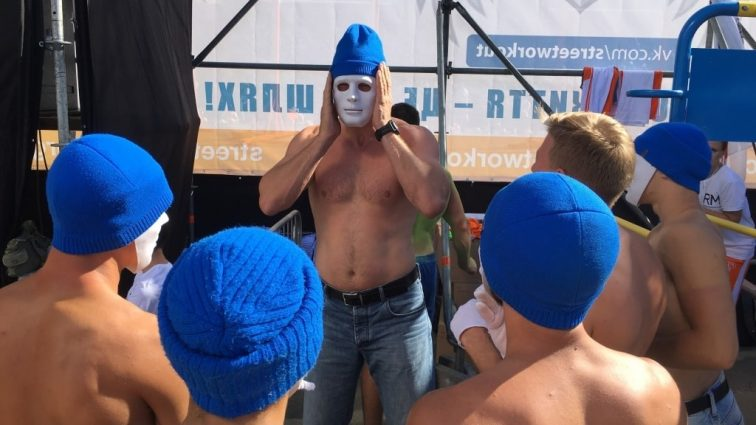 В Киеве Кличко засветил голым торсом перед толпой людей