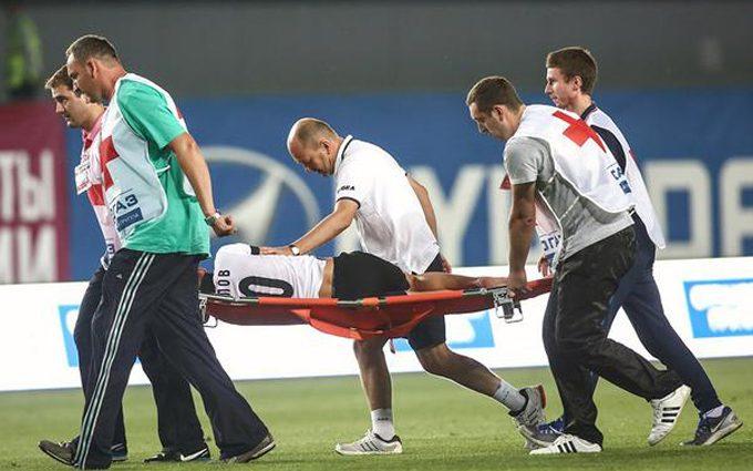 Смешно до слез: Как травмированных футболистов выносят с поля и еще больше их травмируют (видео)