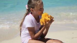 Девочка съела манго, сидя на солнце. Теперь ее родители предупреждают об этой опасности других людей