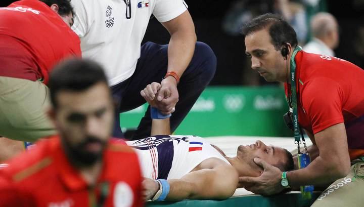 Гимнаст напололам сломал себе ногу во время опорного прыжка