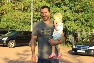 Владимир Кличко погулял по Киеву с маленькой доченькой