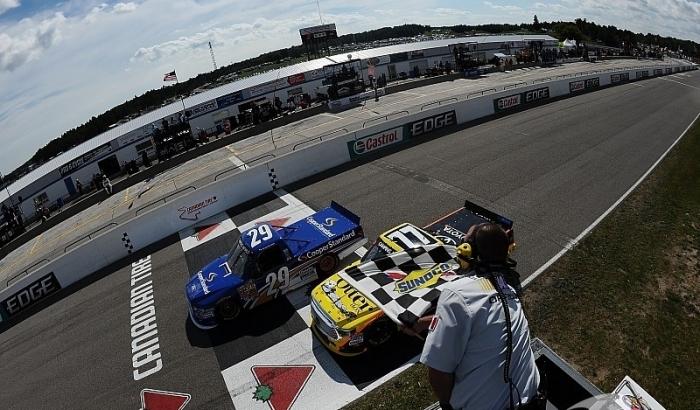 Пилоты NASCAR украсили гонку эффектной дракой (видео)