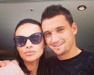 Известный футболист сделал предложение жене после того, как сломал ей ребра