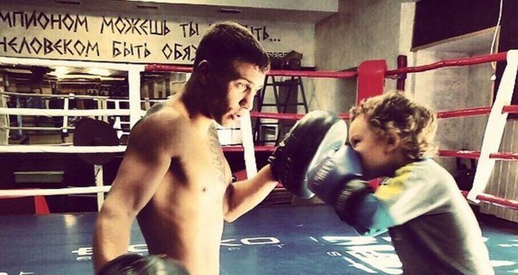 Известный боксер тренируется со своим сыном вместе. Это тронет даже самых стойких( видео)