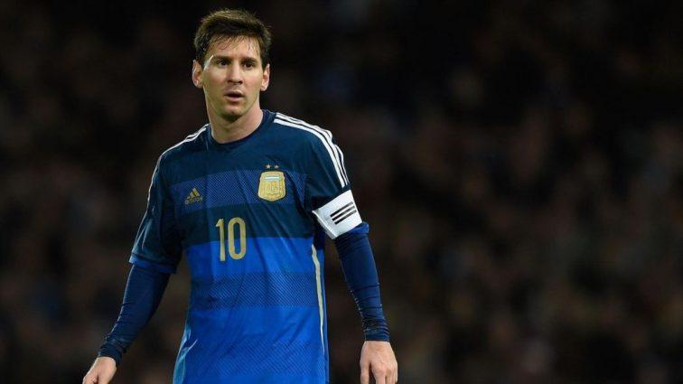 Фанат Аргентины во время матча выбежал на поле и набросился на ногу Месси
