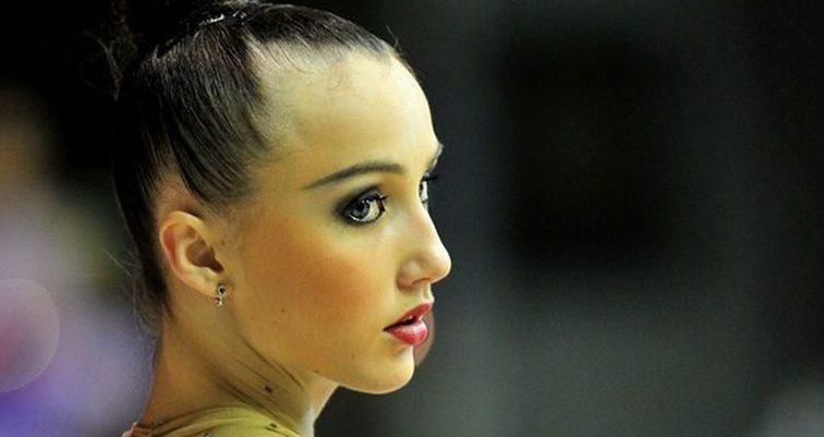Олимпийская чемпионка похвасталась страстным фото в красном платье