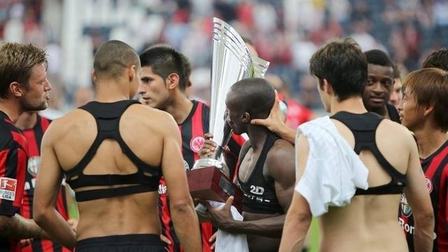 Футболисты вышли на поле в бюстгальтерах
