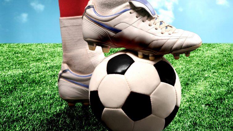 Скандальный футболист спас жизнь сопернику во время матча: видео инцидента