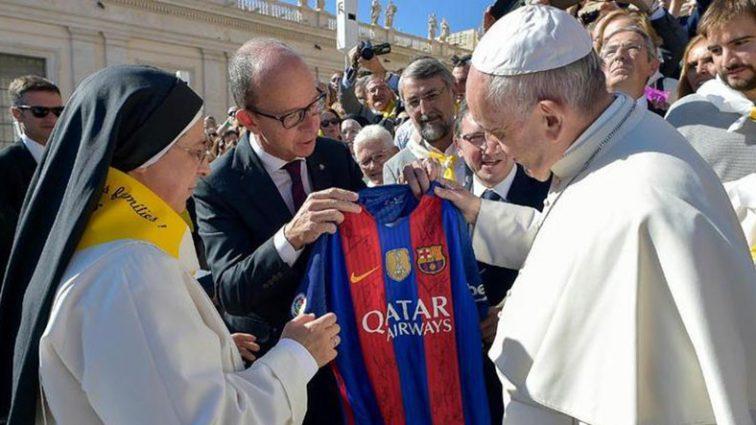 Папа римский получил футболку «Барселоны»