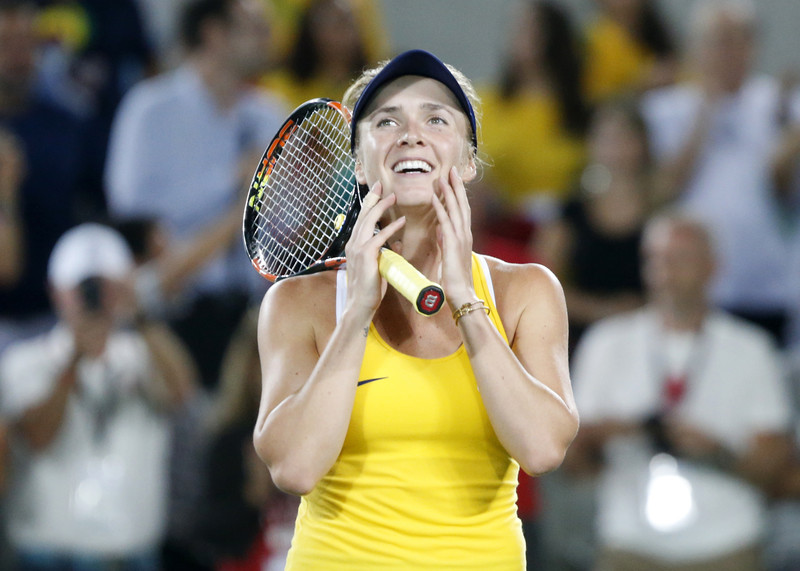 epa05469310 Elina Svitolina of Ukraine celebrates after beating Serena Williams of the US in the women's third round match of the Rio 2016 Olympic Games Tennis events at the Olympic Tennis Centre in the Olympic Park in Rio de Janeiro, Brazil, 09 August 2016.  EPA/MICHAEL REYNOLDS
