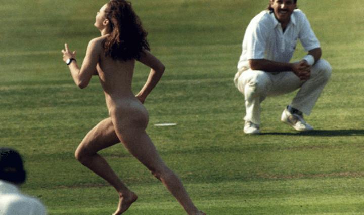 В интернете вспомнили самую знаменитую голую болельщицу, выбежавшую на поле: видео для совершеннолетних
