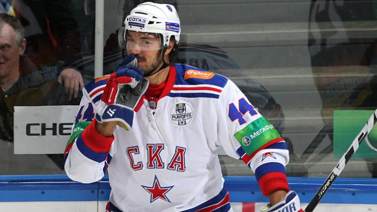 Хоккеист «Сибири» разбил заградительное стекло в матче КХЛ