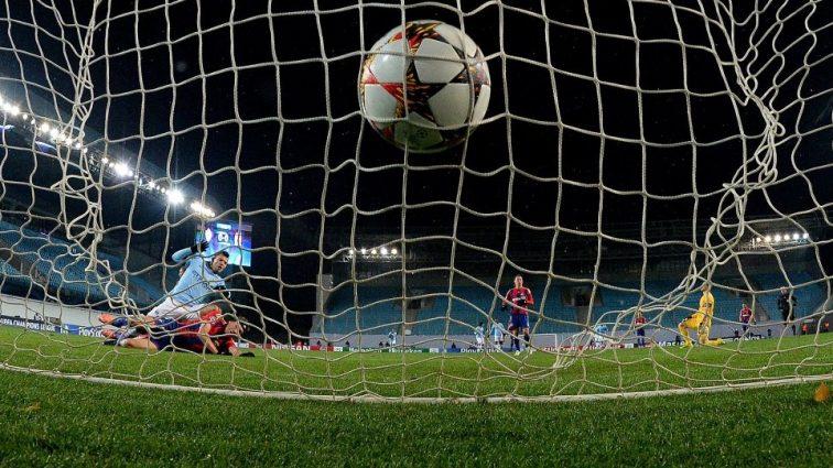 Африканский футболист станцевал вокруг мяча во время матча (видео)