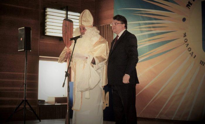 Известнейшего богатыря Украины вырядили в Святого Николая