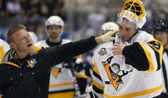 Голкиперу «пингвинов» порезали горло во время матча НХЛ