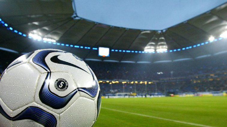 «Да мы его не узнали!»: легендарный футболист загримировался и сыграл в футбол с болельщиками (Видео)