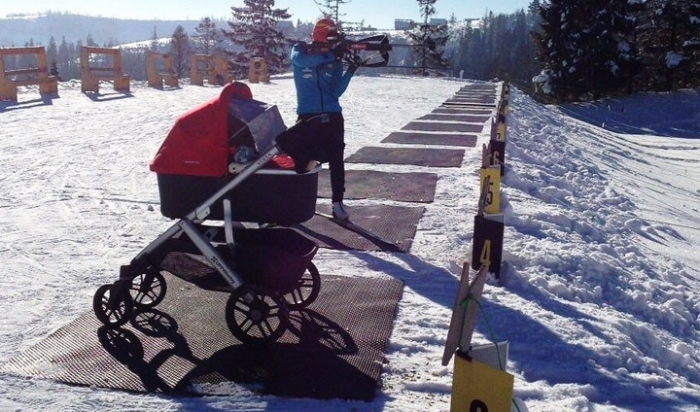 Спорт как стиль жизни: известная биатлонистка тренируется с новорожденным малышом