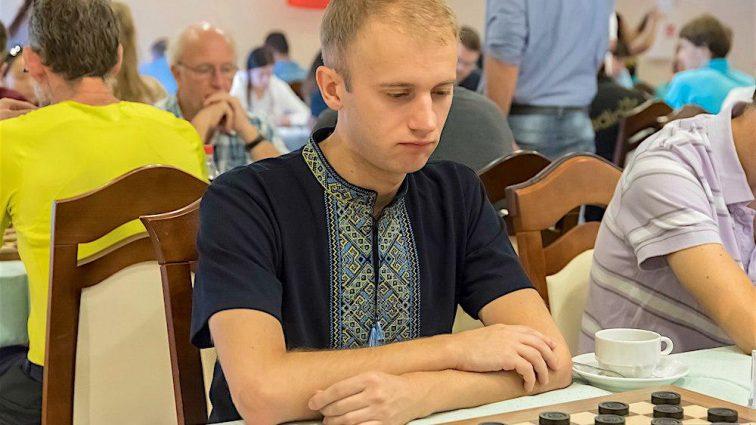 Украинского чемпиона мира по шашкам дисквалифицировали за вышиванку