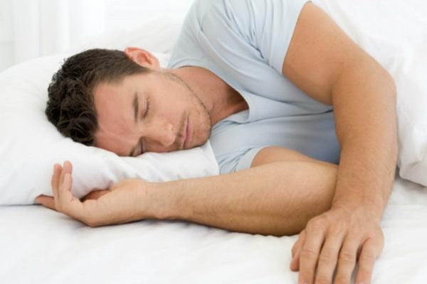 Ученые выяснили, как сон на боку влияет на зрение