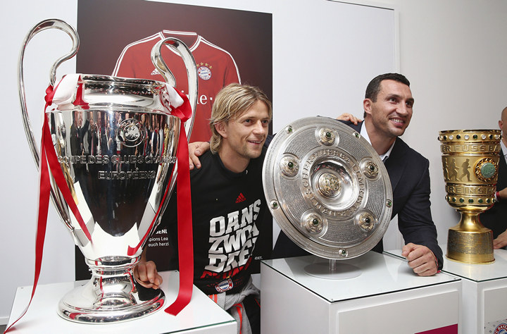 Bayern Munich's Anatoliy Tymoshchuk (L) and Ukrainian heavyweight boxing world champion Vladimir Klitschko pose with Bayern's Champions League, Bundesliga and German Cup trophies (L-R) during the team's victory dinner in Berlin June 2, 2013. Bayern capped a spectacular season on Saturday by becoming the first German team to win the treble, holding on to beat VfB Stuttgart 3-2 in the German Cup final after the outsiders hit back in rousing style.  REUTERS/Andreas Rentz/Pool (GERMANY - Tags: SPORT SOCCER BOXING) - RTX1090T