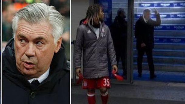 Тренера «Баварии» наказали за неприличный жест, показанный плевавшим в него фанатам