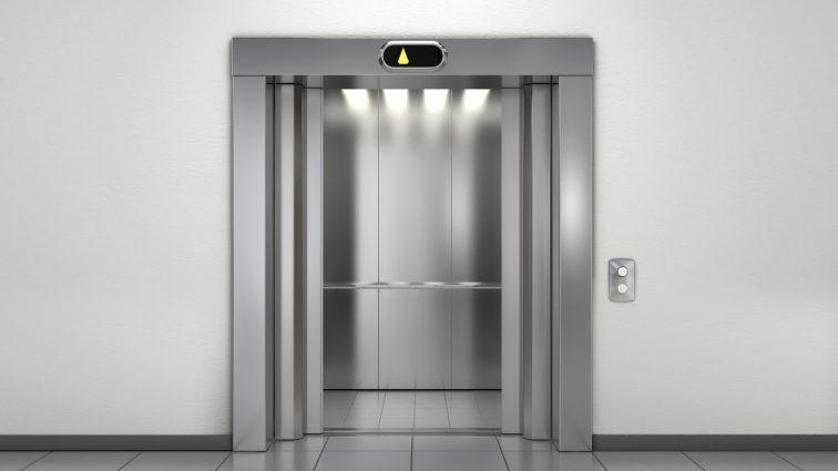 Известного футболиста застукали, когда он целовался в лифте (Фото)