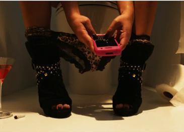 Никогда не делайте такого: какие опасности подстерегают людей, которые берут телефон в туалет