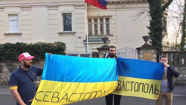 Украинских фанатов в Загребе задержала полиция за акции у посольства России