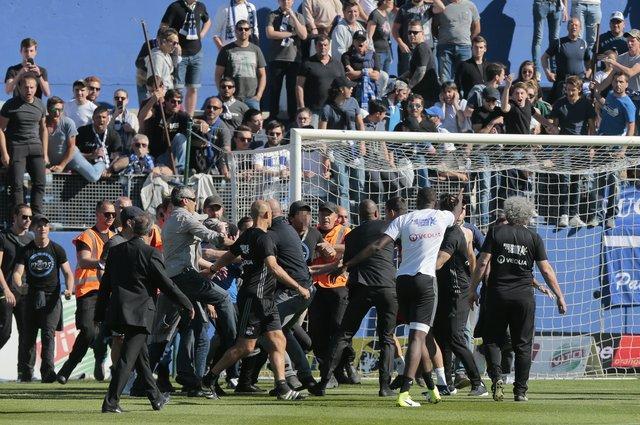 Болельщики «Бастии» побили футболистов «Лиона» прямо во время матча