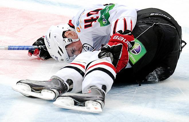 Пьяный хоккейный вратарь остановил соперника ударом клюшкой в лицо