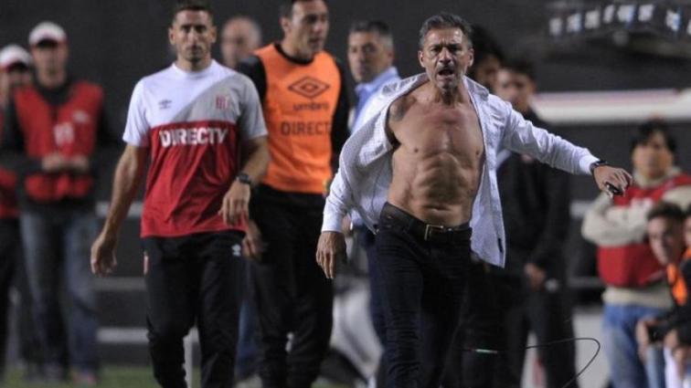 В Аргентине тренер сорвал с себя рубашку и обнажил спину