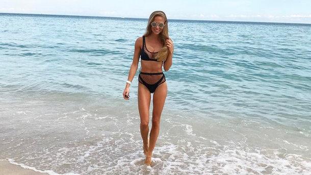 Жена вратаря сборной Украины оголила стройные ножки