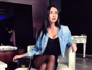 «Конфетка»: жена форварда сборной Украины в ультракоротких шортах