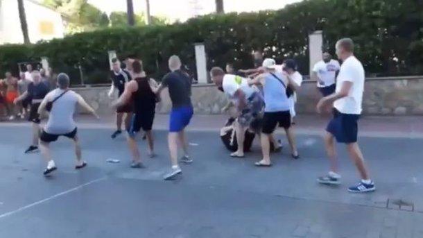 Немецкие фанаты устроили драку на курорте в Испании