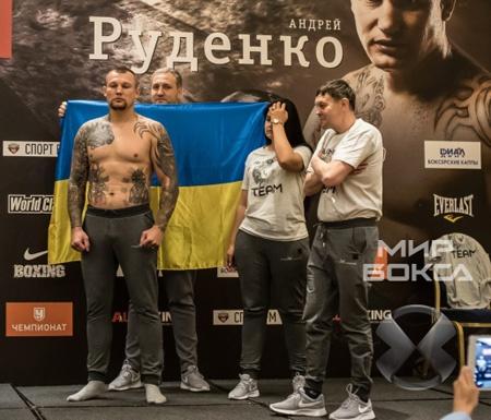 Украинский боксер развернул в Москве желто-синий флаг