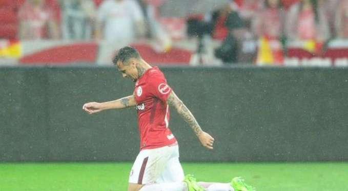 Бразильский футболист на коленях прошел все поле, чтобы поблагодарить Бога