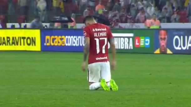 Бразильский футболист прополз на коленях через все поле, чтобы поблагодарить Бога
